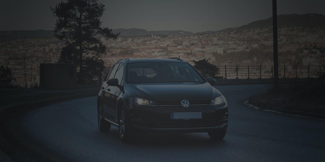 Bil med utsikt i bakgrunnen