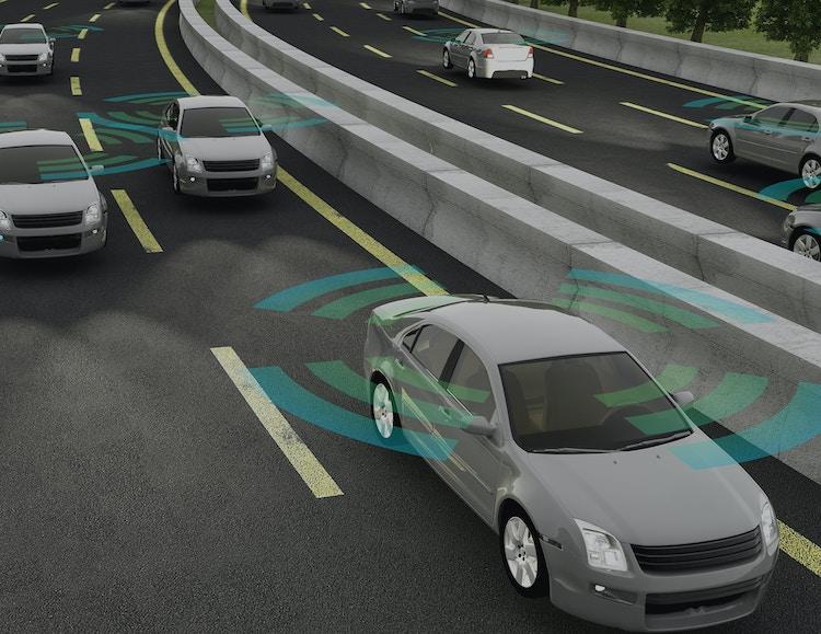 Flere biler som kjører på veien og illustreres som connected cars
