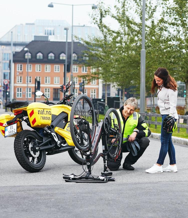 Veihjelp hjelper elsyklist på veien