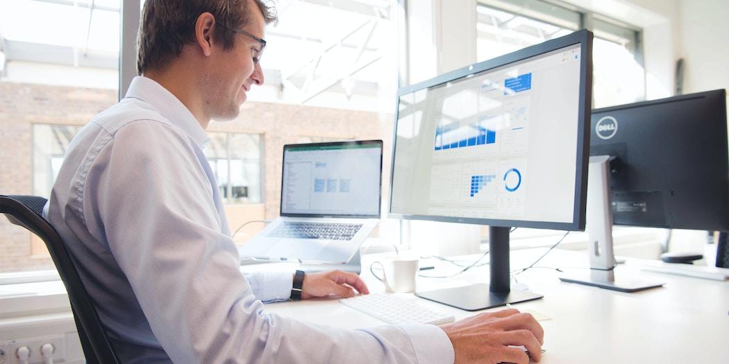 Digital analytiker analyserer statistikk på skjerm
